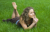 Pretty girl on green field — Stock Photo