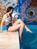Attraktiva flicka i poolen — Stockfoto