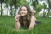 Garota bonita em campo verde — Foto Stock