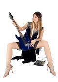 Krásná žena s kytarou — Stock fotografie