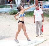 Chica compite en el concurso de lanzamiento de bala — Foto de Stock