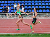 Antonina Efremova and Olishevska Yulia compete at the relay race on Ukrainian Cup in Athletics, on May 29, 2012 in Yalta, Ukraine — Foto de Stock