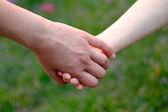 子字段上握着母亲的手 — 图库照片