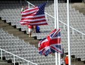Vlaggen van de verenigde staten en groot-brittannië op het stadion. — Stockfoto