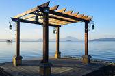 Taal kıyı gölü üzerinde kafes — Stok fotoğraf