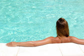 Woman in a pool relaxing — Stock Photo