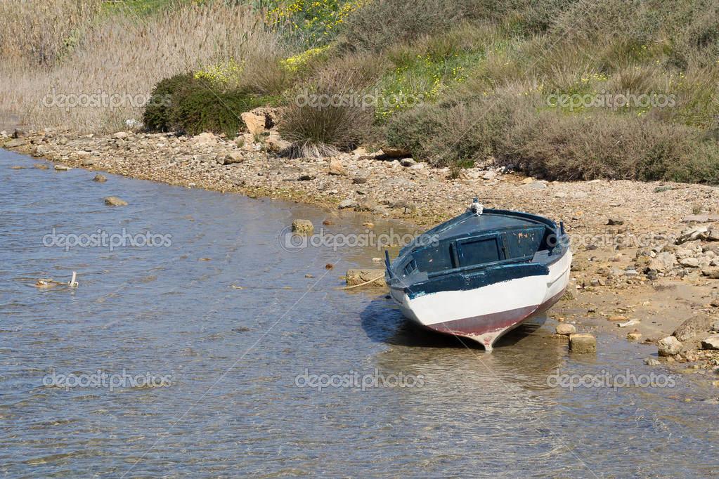 Boat on the lake — Stock Photo #11977057