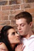 Um jovem casal abraçados — Foto Stock
