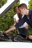 Um mecânico de automóveis no trabalho — Fotografia Stock