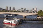 Waterloo bridge über die themse, london — Stockfoto