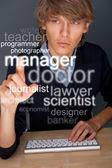 Joven trabajando en su computadora y buscando personal o un trabajo — Foto de Stock