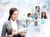 Retrato de empresaria sosteniendo su tablet pc y commun — Foto de Stock