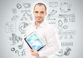 Dorosły człowiek, planowania i pracy przy użyciu komputera typu tablet — Zdjęcie stockowe