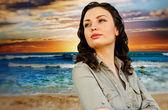 Porträtt av ung kvinna på stranden och njuta av tid. idealistiska en — Stockfoto