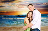 Retrato de um jovem casal apaixonado, abraçando-se na praia e desfrutar — Foto Stock