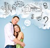 Sorridente coppia bella in piedi e abbracciando. donna sognando — Foto Stock