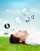 成年男子躺在草地上和查找. — 图库照片