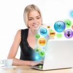 Junge Frau mit ihrem Laptop für Multimedia und Website surfen. di — Stockfoto