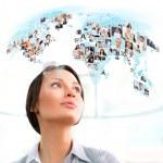 junge erfolgreiche Frau betrachten Weltkarte mit Profil-Fotos-o — Stockfoto