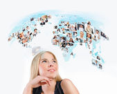 Giovane donna guardando worldmap virtuale con foto di diverse — Foto Stock