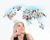 Jonge vrouw op zoek naar virtuele wereldkaart met de foto's voor verschillende — Stockfoto