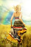 Retrato de mujer romántica corriendo desde atrás a través de campo — Foto de Stock