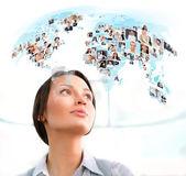 Jonge succesvolle vrouw op zoek naar wereldkaart met profiel foto's o — Stockfoto