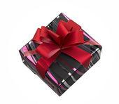 Beyaz zemin üzerine kırmızı kurdele ile tek hediye kutusu. — Stok fotoğraf