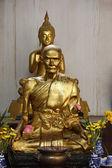 Thailand, Ayutthaya, Phananchoeng Worawihan Temple (Wat Phananchoeng Worawihan), golden Buddhist monk's statue — Stock Photo