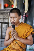 Thailand. Bangkok, a young Buddhist monk is praying in a Buddhist temple — Stock Photo