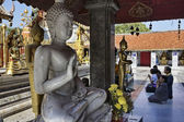 Thailand, Chiangmai, Prathat Doi Suthep Buddhist temple, Thai praying — Stock Photo