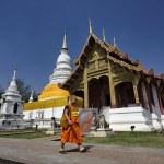 Thailand, Chiang Mai, Phra Thart doi suthep temple (Wat Phra Thart Doi Suthep), a Buddhist monk walks in the temple — Stock Photo #11151699