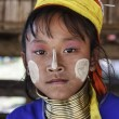 Thailand, Chang Mai, Karen Long Neck hill tribe village (Kayan Lahwi), young girl in traditional costumes. Women put brass rings on their neck when they are 5 or 6 years old and increase the number ev — Stock Photo