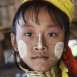 Thailand, Chang Mai, Karen Long Neck hill tribe village (Kayan Lahwi), young girl in traditional costumes. Women put brass rings on their neck when they are 5 or 6 years old and increase the number ev — Stockfoto