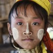 Thailand, Chang Mai, Karen Long Neck hill tribe village (Kayan Lahwi), young girl in traditional costumes. Women put brass rings on their neck when they are 5 or 6 years old and increase the number ev — Стоковая фотография