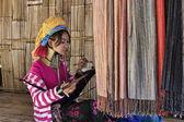 Tailândia, chiang mai, karen long neck aldeia tribo colina (lahwi Kayan), mulher de pescoço longo em trajes tradicionais. mulheres colocar anéis de bronze em seu pescoço quando são 5 ou 6 anos de idade e aumentar o núme — Fotografia Stock