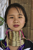 Thailand, Chiang Mai, Karen Long Neck hill tribe village (Kayan Lahwi), Long Neck woman in traditional costumes. Women put brass rings on their neck when they are 5 or 6 years old and increase the num — Стоковое фото
