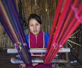 Tailândia, chiang mai, a karen longo pescoço hill tribo aldeia (kayan lahwi), a mulher karen fazendo um tapete — Fotografia Stock