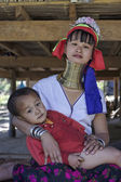 Thailand, Chang Mai, Karen Long Neck hill tribe village (Kayan Lahwi), Long Neck child and his mother in traditional costumes. Women put brass rings on their neck when they are 5 or 6 years old and in — Stock Photo