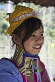Thailand, Chiang Mai, Karen Long Neck hill tribe village (Baan Tong Lhoung), Long Neck woman in traditional costumes. Women put brass rings on their neck when they are 5 or 6 years old and increase th — 图库照片