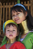 Thailand, Chiang Mai, Karen Long Neck hill tribe village (Baan Tong Lhoung), Long Neck woman with her child in traditional costumes. Women put brass rings on their neck when they are 5 or 6 years old — Foto de Stock
