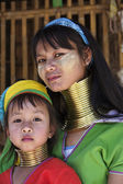 Thailand, Chiang Mai, Karen Long Neck hill tribe village (Baan Tong Lhoung), Long Neck woman with her child in traditional costumes. Women put brass rings on their neck when they are 5 or 6 years old — Stock Photo