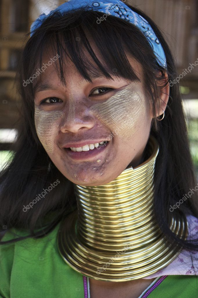 Thailand, Chiang Mai, Karen Long Neck hill tribe village (Baan Tong Lhoung), Long Neck woman in traditional costumes. Women put brass rings on their neck when they are 5 or 6 years old and increase the number every year — Stock Photo #11711963