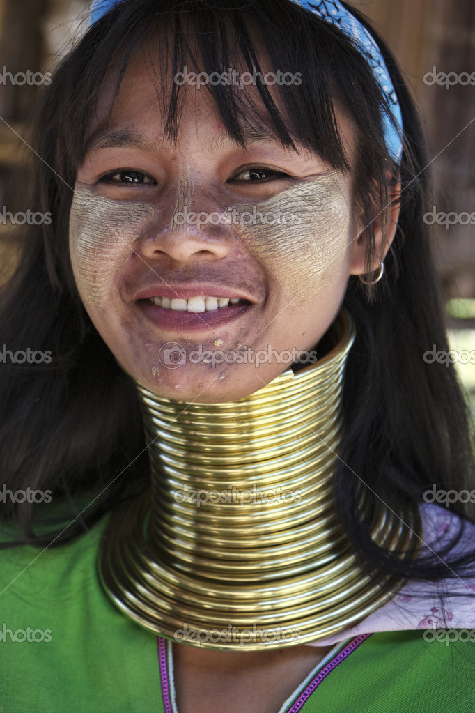 Thailand, Chiang Mai, Karen Long Neck hill tribe village (Baan Tong Lhoung), Long Neck woman in traditional costumes. Women put brass rings on their neck when they are 5 or 6 years old and increase the number every year — Stock Photo #11712008