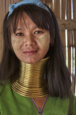 Thailand, Chiang Mai, Karen Long Neck hill tribe village (Baan Tong Lhoung), Long Neck woman in traditional costumes. Women put brass rings on their neck when they are 5 or 6 years old and increase th — Stockfoto