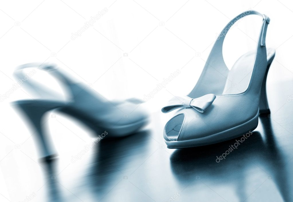 Detail of wedding shoes in blue toned — Stock Photo #11900322