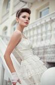 Zeer mooie brunette in een trouwjurk. — Stockfoto