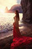 A garota ruiva bonita coloca numa praia — Foto Stock