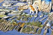 Mercado de bugigangas com talheres — Foto Stock