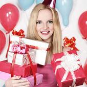 Sexy chica rubia joven sosteniendo un regalo — Foto de Stock